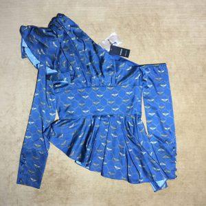 Áo-kiểu-lệch-vai-nữ-hiệu-bebe-màu-xanh-có-in-họa-tiết-con-ong-size-2-chính-hãng
