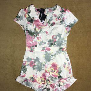 Jumpsuit(áo liền quần) nữ ngắn hiệu bebe màu trắng họa tiết hoa size 6 chính hãng