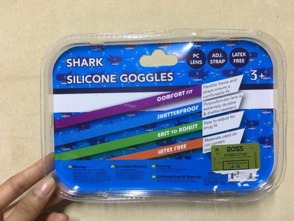 Kính-bơi-trẻ-em-cao-cấp-cho-bé-từ-3-tuổi-hiệu-Lifeguard-màu-xanh-có-đính-hình-cá-mập-trên-tròng-kính-hàng-xách-tay-mỹ-Lifeguard-shark-silicone-goggles-1